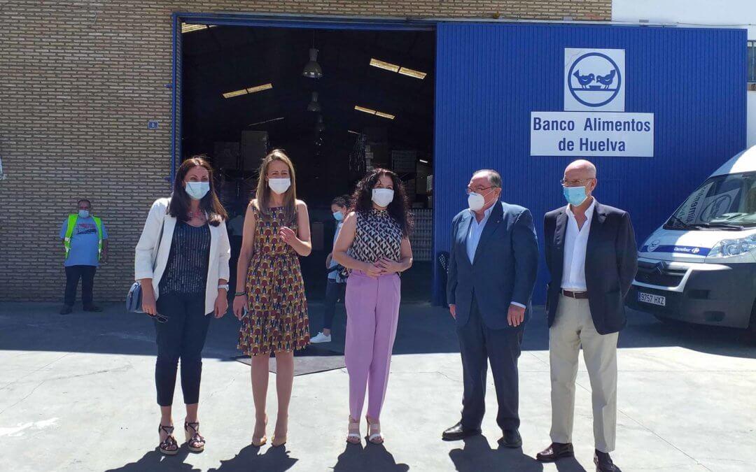 La consejera de Igualdad, Políticas Sociales y Conciliación visita el almacén del Banco de Alimentos